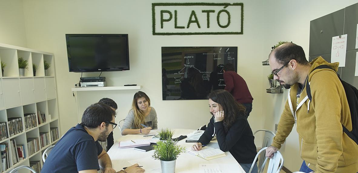 La metodología de trabajo en Plató de Cinema pasa por unas asignaturas prácticas que proponen rodajes y realización de proyectos frecuentemente.