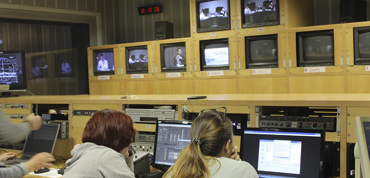 Los estudiantes de Imagen y sonido en una de las actividades prácticas en plató, con cámaras profesionales y estudio de realización real, recreando un programa televisivo.