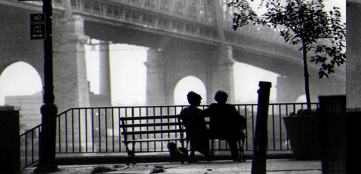 """Un fotograma de Manhattan, contraluz total iluminado por Gordon Willis, apodado como """"el príncipe de las tinieblas""""."""