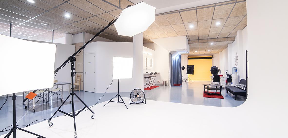 En Shoot&flash no distinguen económicamente entre una sesión fotográfica o una grabación y, además, los techos del estudio están preparados para absorber el sonido y el ruido.
