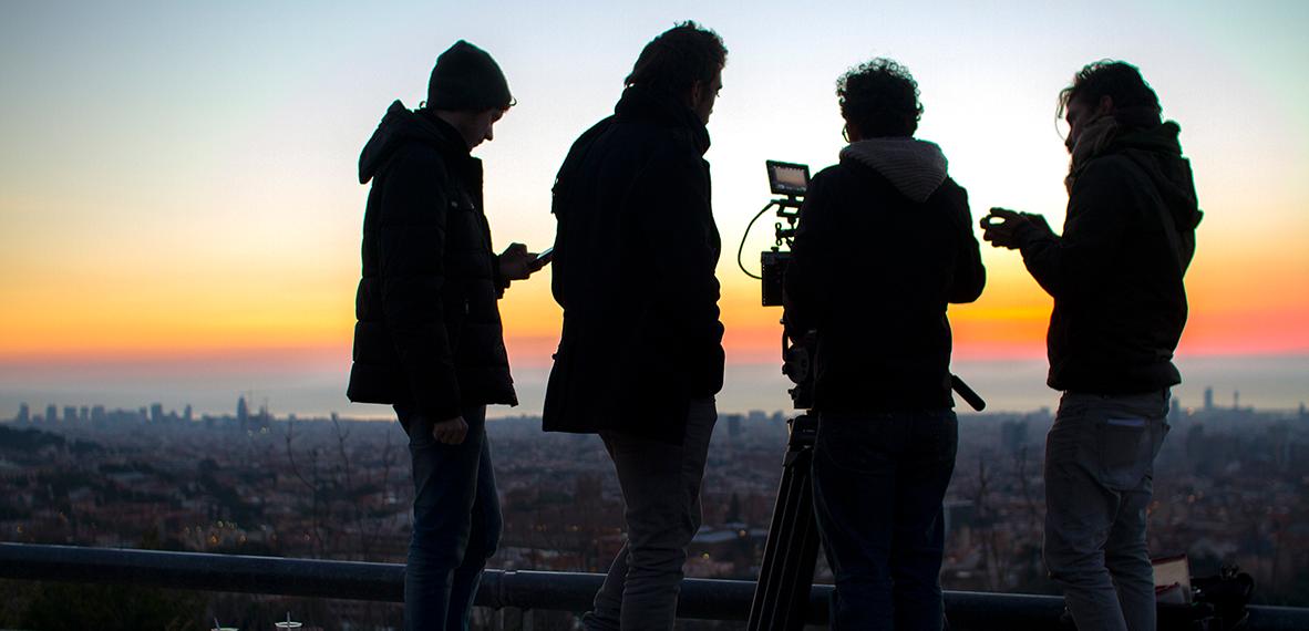 Les gusta narrar con imágenes utilizando el lenguaje propio de su formación como cineastas, ayudándose de diferentes realizadores a la hora de compaginar proyectos de cortes diversos.