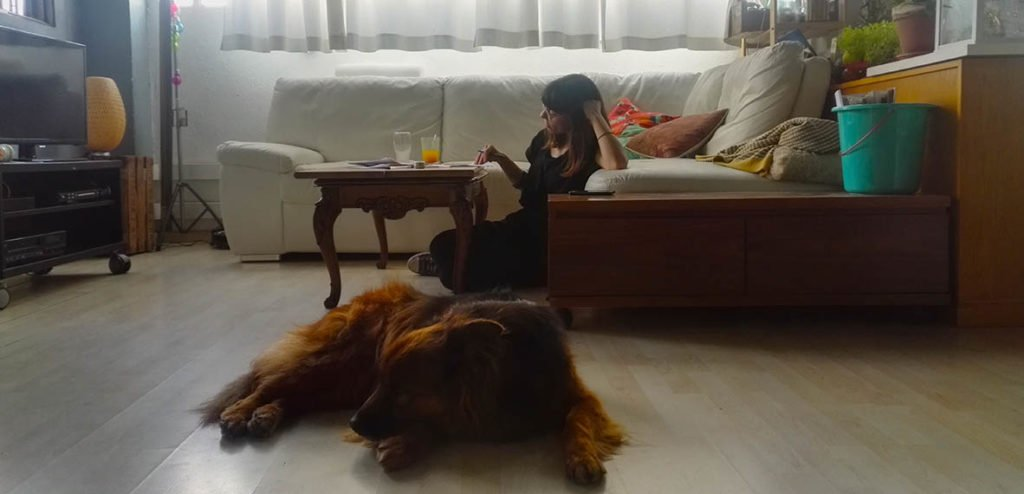Aïda Torrent y su perro Kai, en el estudio Camille Zonca