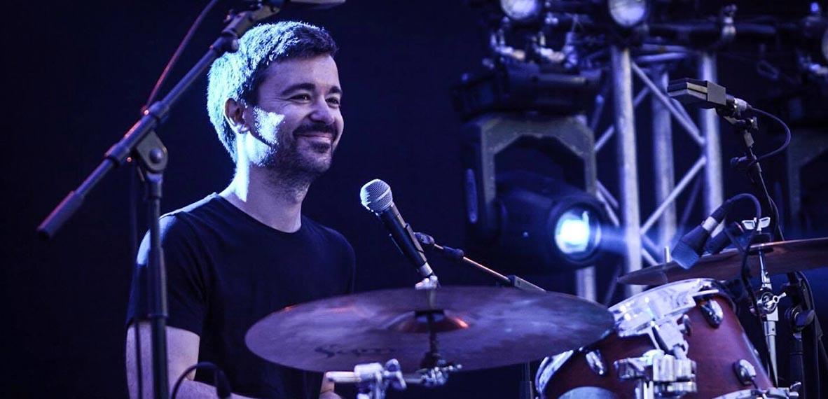 Roger tocando la batería con Luthea Salom en el Festival Cruïlla. © Iván Gil
