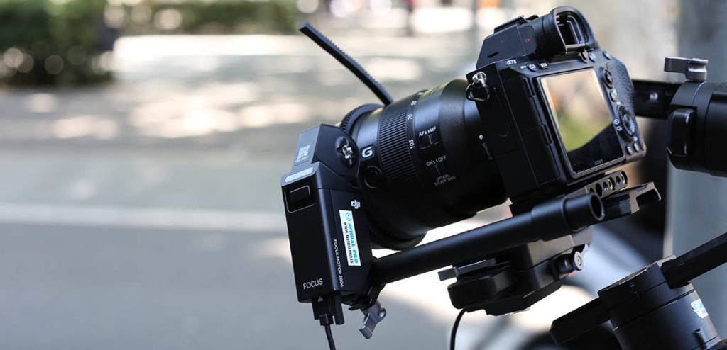 Sony A7III con el accesorio follow focus DJI Ronin S